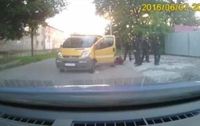 Полиция показала, как патрульный бил задержанного