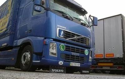 На російсько-білоруському кордоні застрягли 50 вантажівок