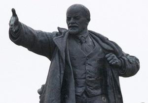 В Полтавской области неизвестные сбросили с постамента четырехметровый памятник Ленину