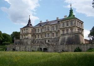 Янукович поручил создать резиденцию в замке во Львовской области