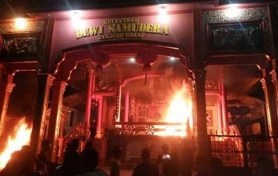 В Индонезии мусульмане сожгли буддистские храмы