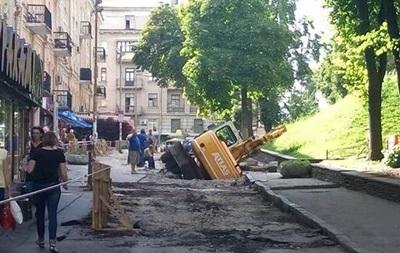 На Золотих воротах у Києві провалився кран
