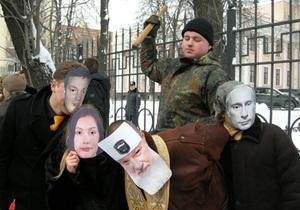Акции ВО Свобода: в Киеве изобразили  кремлевских карликов , во Львове повесили  Диму Сабачника