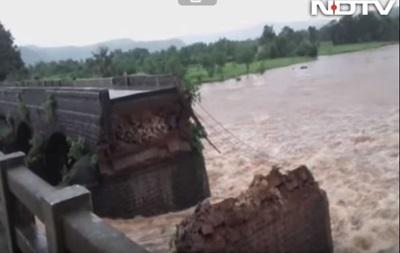 Обрушение моста в Индии: без вести пропали 40 человек