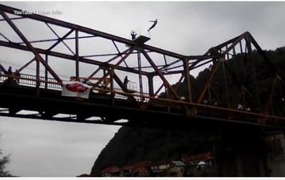 Экстремал погиб в прямом эфире, прыгая с моста