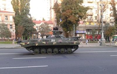 Украинцев просят прийти на парад с паспортами