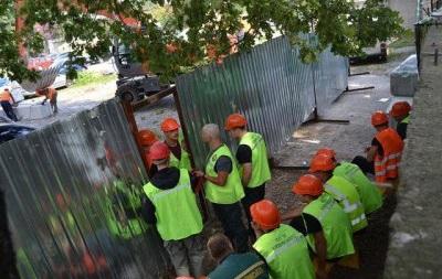 В Киеве крепкие молодые люди заблокировали стройку