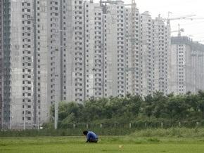 В небоскребе Пекина проходит забастовка рабочих. Полиция оградила здание клумбой