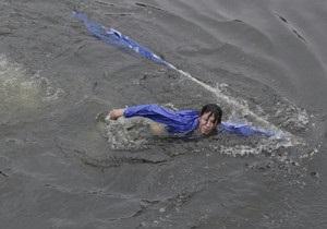 СМИ: В Петербурге агитатора Единой России сбросили с моста в реку