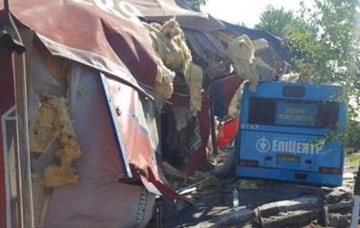 В Киеве автобус врезался в кафе, есть пострадавшие