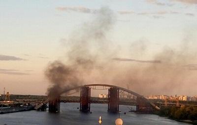 В Киеве горит недостроенный мост