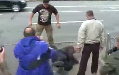 У Києві біля посольства РФ побили чоловіка
