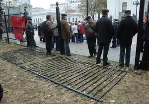 Депутаты-оппозиционеры пилят болгаркой забор возле Рады