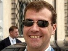 Медведев для соблюдения традиции подарил официанту свои очки