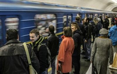 Чоловік, який стрибнув під поїзд у київському метро, загинув