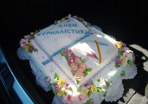 Торт Януковича для журналистов достался строителям