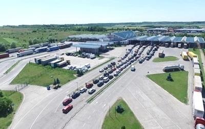 В очередях на границе с Польшей стоят почти 900 авто