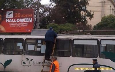 У Луцьку біля зупинки загорівся тролейбус