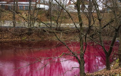 В Сумах озеро окрасилось в цвет борща