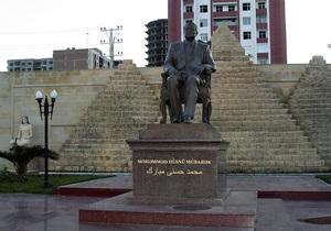 В Азербайджане демонтировали памятник Мубараку
