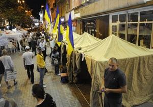 На Крещатике милиция обнесла палаточный городок двойной металлической оградой
