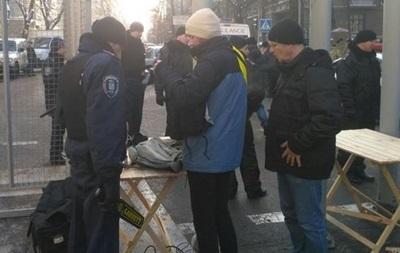 Сотрудники полиции проводят поверхностный осмотр участников массовых акций
