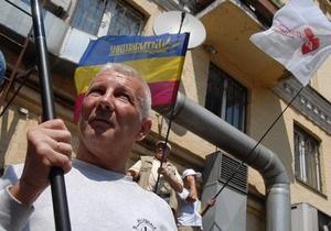 У здания Печерского суда подрались сторонники и противники Тимошенко
