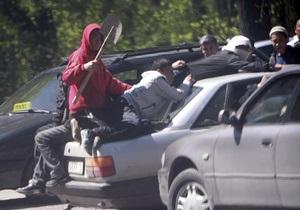 На окраине Бишкека продолжаются погромы: ранены десять человек