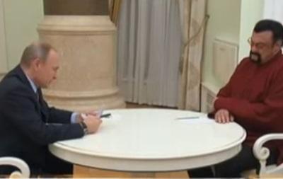 Опубліковане відео, як Путін особисто вручив Сигалу паспорт