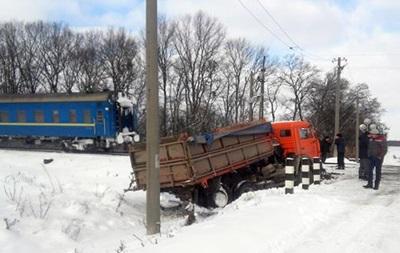 У Хмельницькій області пасажирський потяг врізався у КамАЗ