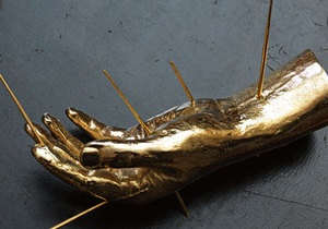 Из хранилища Christie s похитили золотую скульптуру