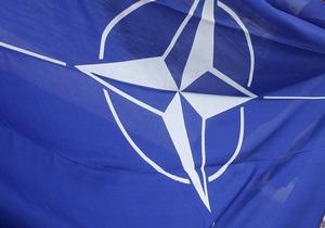 В Сербии сторонники оппозиции сожгли флаг НАТО