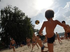 В Киеве открылся пляжный сезон. Купаться можно только на одном пляже