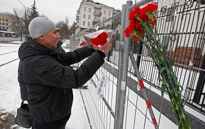 Падіння Ту-154. До посольства в Києві несуть квіти