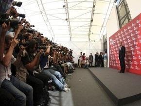 В Венеции фанат-гей устроил стриптиз Джорджу Клуни