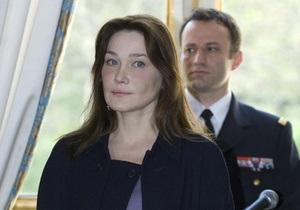 Карла Бруни снова стала объектом обсуждения во Франции