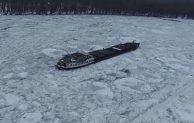 В Румынии на Дунае замерз корабль