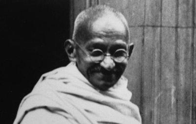 Amazon вилучив із продажу шльопанці з Махатмою Ганді