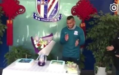Китайські футболісти вимазали обличчя Тевеса святковим тортом