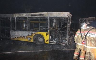 У Києві в автопарку згоріли шість автобусів
