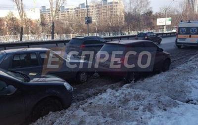 В Киеве на проспекте Победы столкнулись пять авто