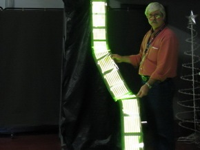 Создана первая в мире новогодняя елка из органических светодиодов
