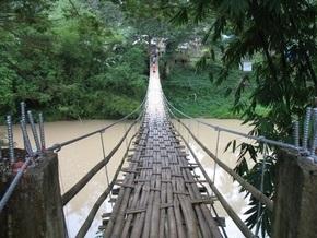 В Малайзии под школьниками обрушился подвесной мост: есть жертвы