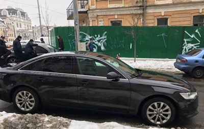 У центрі Києва у чоловіка вилучили автомат Калашникова
