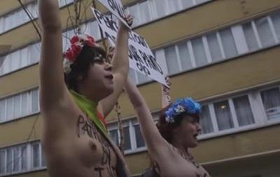 Феміністки роздяглися проти Майка Пенса в Брюсселі