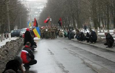 На Донбассе улица стояла на коленях перед бойцом АТО