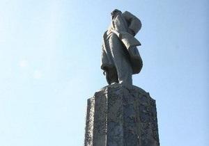 Настя+Дима: в Кременчуге девушка написала признание в любви на памятнике Ленину
