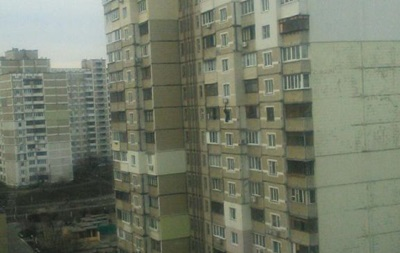 В Киеве мужчина угрожает спрыгнуть с 10-го этажа