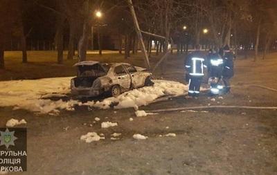 У Харкові авто влетіло у стовп і згоріло