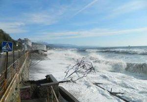 Сильный шторм в Крыму разрушил часть набережной в Алуште, подтопил завод в Керчи и размыл дамбу в Саках